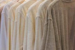 Het witte en beige robes hangen Royalty-vrije Stock Foto's