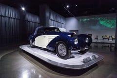 Het witte en donkerblauwe Type 57C Aravis van Bugatti van 1939 Stock Foto