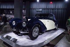 Het witte en donkerblauwe Type 57C Aravis van Bugatti van 1939 Royalty-vrije Stock Afbeelding