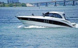 Het witte en Zwarte Motorjacht van de Luxe Royalty-vrije Stock Afbeelding