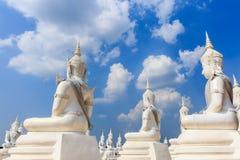 Het witte engelenbeeldhouwwerk of standbeeld van Boedha Royalty-vrije Stock Fotografie