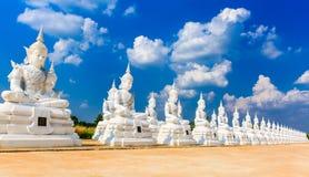 Het witte engelenbeeldhouwwerk of standbeeld van Boedha Stock Foto