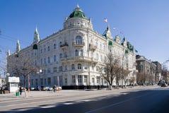 Het witte gebouw met vlaggen Royalty-vrije Stock Afbeelding