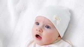 Het witte gebreide jasje van het babymeisje met roze konijn stock videobeelden