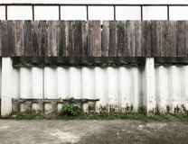 Het witte geschilderde cement en de houten raad schermen textuurpatroon op de oppervlakteachtergrond van de huismuur Detailachter Stock Foto's