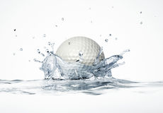 Het witte golfbal bespatten in water, die een kroonplons vormen. stock fotografie