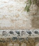 Het witte grijze golvende patroon van de lijnen rustieke tropische textuur op cement en keiachtergrond van de de muuroppervlakte  Stock Fotografie