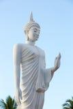Het witte het standbeeld van Boedha lopen Royalty-vrije Stock Afbeeldingen