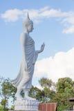 Het witte het standbeeld van Boedha lopen Royalty-vrije Stock Afbeelding