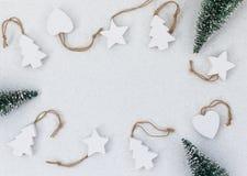 Het witte houten met de hand gemaakte speelgoed van de Kerstmisboom stock afbeelding