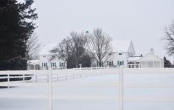 Het witte huis en het piket perken de winter in Royalty-vrije Stock Foto