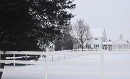 Het witte huis en het piket perken de winter in Royalty-vrije Stock Fotografie
