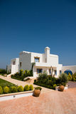 Het witte huis van de luxe over overzees Stock Afbeelding