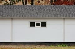 Het witte huis van de muurtextuur, donkere doos, flexibele bruine tegels op de achtergrond van multi-colored bos van de bladerenh Royalty-vrije Stock Afbeelding