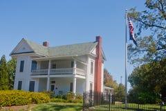 Het witte Huis van het Landbouwbedrijf van Twee Verhaal Traditionele Royalty-vrije Stock Afbeelding