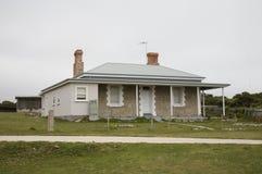 Het witte huis van het weatherd houten strand Stock Foto's