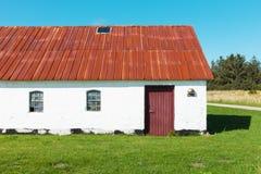 Het witte huis van het land in Denemarken, niemand Stock Afbeeldingen