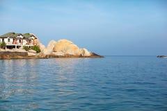 Het witte huis van strandrotsen in Koh Tao Stock Foto