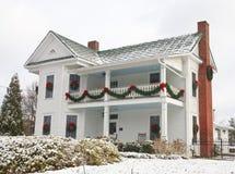 Het witte Huis van Twee Verhaal dat voor Kerstmis wordt verfraaid Royalty-vrije Stock Foto