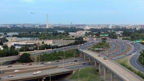 Het Witte Huis van Washington D C cityscape bij schemer met verkeer op weg I-395 stock video