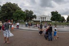 Het Witte Huis van Washington D C , De V.S. - 21 JUNI, 2016 - Mensen die beelden op rug van de Wit Huisbouw nemen Royalty-vrije Stock Afbeeldingen