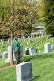 Het Witte Huis van Washington D C , Maken de V.S. - 2 MEI, 2014 - arbeider grafstenen bij Arlington-begraafplaats schoon Royalty-vrije Stock Afbeelding