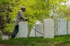Het Witte Huis van Washington D C , Maken de V.S. - 2 MEI, 2014 - arbeider grafstenen bij Arlington-begraafplaats schoon Royalty-vrije Stock Foto's