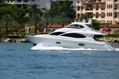 Het witte Jacht van de Luxemotor Royalty-vrije Stock Afbeelding
