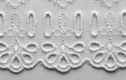 Het witte macroschot van de kant materiële textuur Stock Afbeelding
