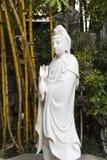 Het witte marmeren standbeeld van Boedha van Avalokitesvara in lotusbloemvijver, het Boeddhistische beeldhouwwerk van bodhisattva Royalty-vrije Stock Fotografie
