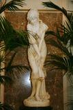 Het witte marmeren standbeeld van een jonge meisjeszwemmers verfraaide met mooie witte Banketzaal van het oude hotel Astoria stock foto