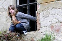 Het witte meisje spelen op middeleeuwse muur Royalty-vrije Stock Foto's