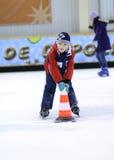 Het witte mooie jongen schaatsen Stock Foto