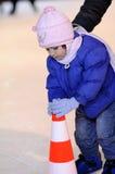 Het witte mooie kind schaatsen Stock Afbeeldingen