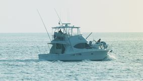 Het witte motorjacht navigeert in kalme schone overzees Stock Foto