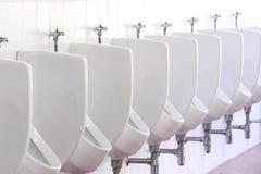 Het witte openbare toilet van urinoirs ceramische mensen in badkamers Stock Foto