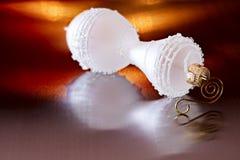 Het witte Ornament van Kerstmis op Oranje Achtergrond Royalty-vrije Stock Fotografie