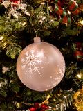 Het witte Ornament van Kerstmis van de Bal van de Sneeuwvlok Stock Afbeelding