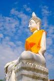 Het witte oude standbeeld van Boedha met blauwe hemelachtergrond bij Wat Yai Chai Mongkhon Old-Tempel Stock Foto's