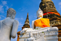 Het witte oude standbeeld van Boedha met blauwe hemelachtergrond bij Wat Yai Chai Mongkhon Old-Tempel Stock Afbeeldingen