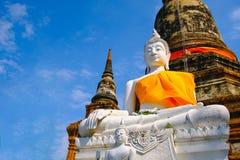Het witte oude standbeeld van Boedha met blauwe hemelachtergrond bij Wat Yai Chai Mongkhon Old-Tempel Stock Fotografie