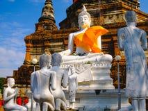 Het witte oude standbeeld van Boedha met blauwe hemelachtergrond bij Wat Yai Chai Mongkhon Old-Tempel Royalty-vrije Stock Foto