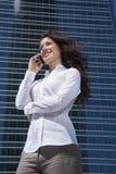 Het witte overhemdsonderneemster mobiel spreken Royalty-vrije Stock Afbeelding