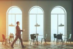 Het witte overspannen binnenland van de vensterkoffie, gestemde mens Stock Afbeelding