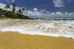Het witte overzeese schuim wassen omhoog op kust Stock Afbeeldingen