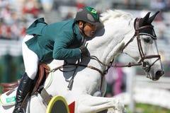 Het witte paard en ruiter springen Royalty-vrije Stock Foto's