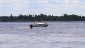 Het witte passagiersschip vaart dichtbij boei op rivier bij de zomerdag stock videobeelden