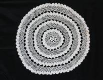 Het witte patroon haakt tafelkleed Stock Foto's