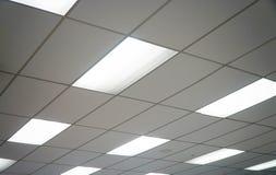 Het witte plafond met neonlichtbollen uprisen binnen mening Royalty-vrije Stock Afbeeldingen