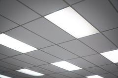 Het witte plafond met neonlichtbollen uprisen binnen mening Stock Foto's